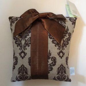 Decorative pillow.